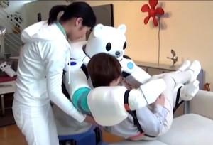 Japanissa kokeillaan laajalti jo uusimpia hoitorobotteja. Kuva videolta.