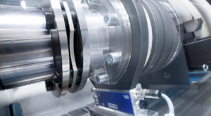 Uudessa ABB:n testilaboratoriossa asiakkaiden moottoreita testaan ABB:n uusimmilla taajuusmuuttajilla.