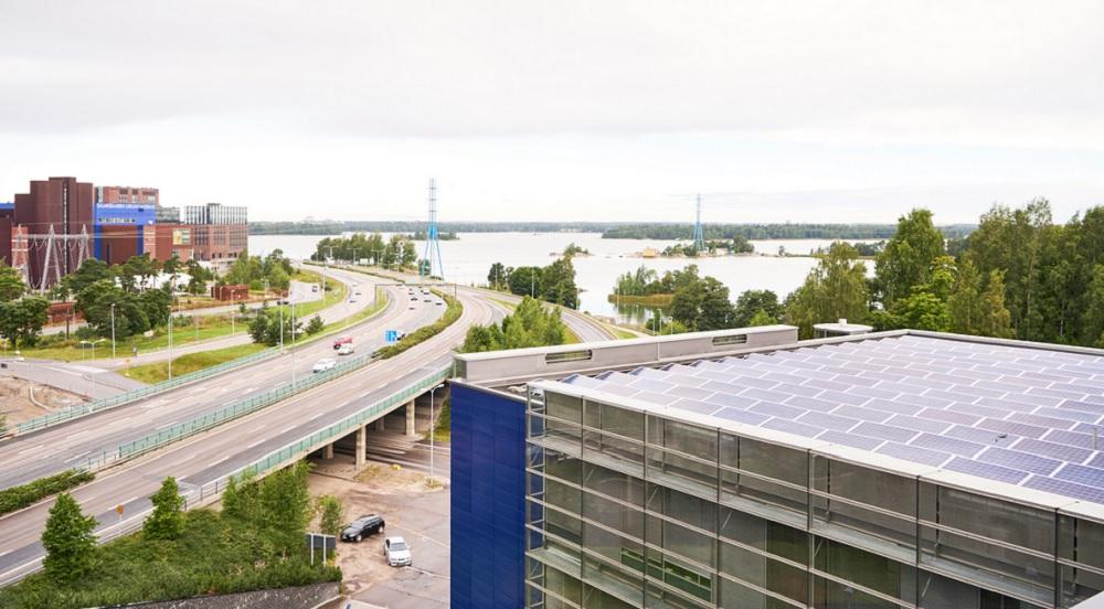 Ruoholahden pääkonttorin katolle on asennettu 748 aurinkopaneelia. Älykkään aurinkosähköjärjestelmän on toimittanut ja rakentanut suomalainen Solnet Green Energy.